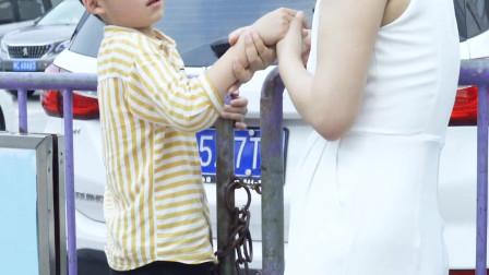 小正太生气的样子也太可爱了吧,小短腿化身贴心姐姐打开男孩心结