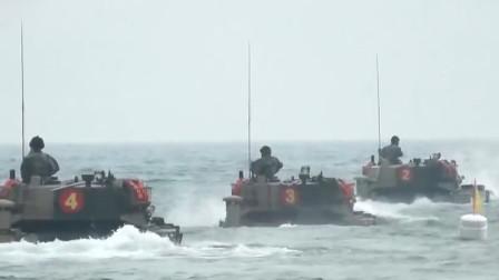"""实拍解放军两栖战车对岸猛烈射击!冲上海滩夺取""""敌军""""阵地"""