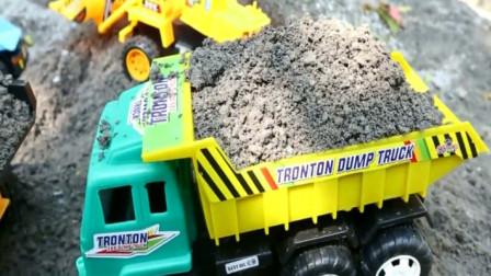 汽车玩具视频 挖掘机与自卸卡车运输沙土