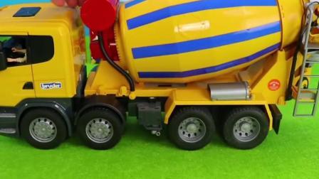工程车玩具:搅拌车倒水泥建造房屋