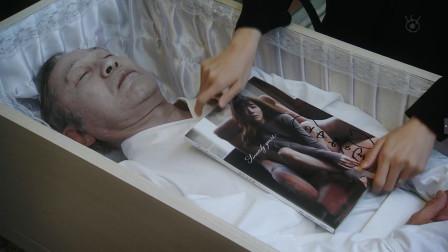 老头生爱前追星,家人将女星写真放进棺材,结果发生意外!