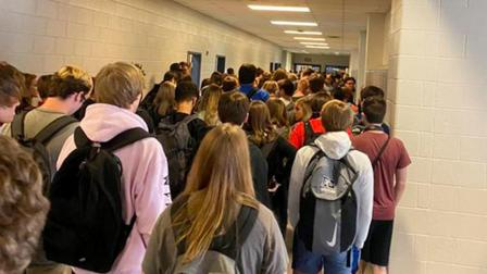 美国一高中9人确诊,此前因一张复课照而处分学生停课