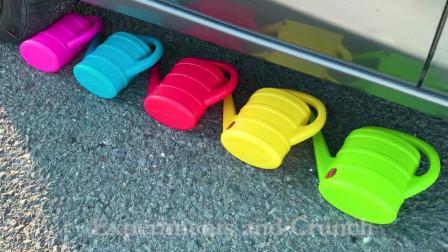 减压实验:牛人把水壶、玩具等放在车轮下,好减压,勿模仿