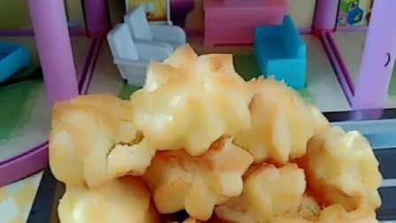 猪妈妈做了泡芙,叫小猪佩奇和猪爸爸来吃,不料发现里面的奶油没了