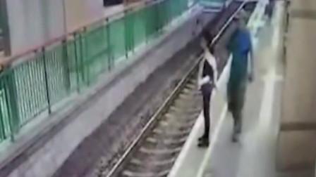 女工正在执勤,突然被男子推下站台,监控拍下可恶画面!