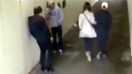 外国情侣走进地下通道,两男子不断挑衅,男友怒了!