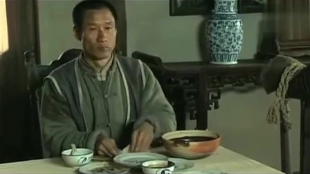 狼烟北平:文三第一次吃烤鸭,薄饼卷鸭肉再蘸上酱料,吃的那叫一个美滋滋!