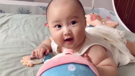 六个月大宝宝被玩具猪吓哭,没想到他竟懂得反击,发起威来太可爱了