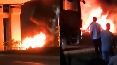 惨烈,海南海口一车辆撞上高铁桥墩燃烧,前排两具烧焦尸体难辨认