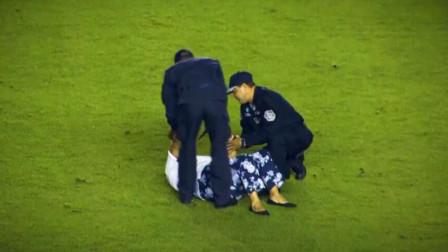 名场面:巴拿马力压美国挺进世界杯,老奶奶晕倒立功,接受采访时笑的过分了啊😄