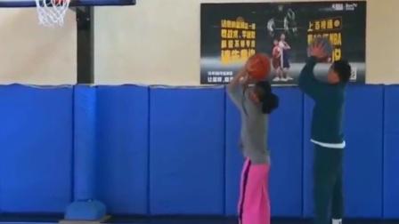 打篮球的两个人,配合好默契,动作完全就是神同步!