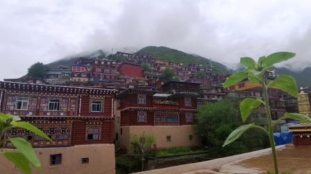 摩旅骑行川西,康藏秘境体验团走进德格,参观古老的印经院!