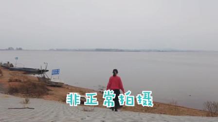 相机放在岸边正在拍摄,被人顺手拿走,妹子赶紧追上去索要相机