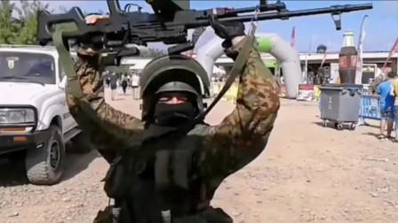 俄罗斯大兵手提大菠萝,头戴三级盔跟着音乐尬舞起来