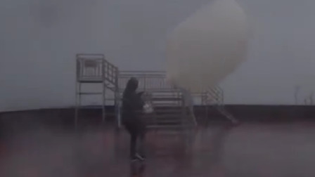 台风米克拉来袭 气象工作者顶狂风施放高空探测气球