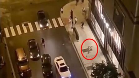 芝加哥街头男子袭击奢侈品店铺 开6枪仍未打破玻璃进入