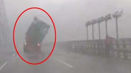 实拍:台风米克拉来袭 福建一货车集装箱被吹落