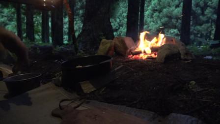 雨中一人露营  篝火烹饪美食