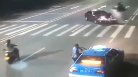 一辆小轿车正常行驶,被迎面飞速来的电动车撞毁