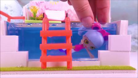 国外儿童时尚,夏天没地方洗澡怎么办,看看芭比娃娃是怎么做的吧