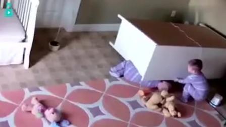 2岁双胞胎宝宝,被衣柜压倒在地,机智双胞胎哥哥成功解救弟弟