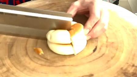 三个孩子怎样分两个面包,大家都有份,公平了!