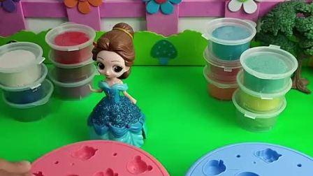 白雪生日,贝儿要亲手给白雪做生日礼物,贝儿做的生日蛋糕真漂亮呀!