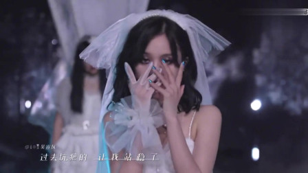 火箭少女变身新娘演绎《怪美的》杨超越的妆容很像个芭比娃娃的感觉!
