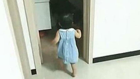 宝爸喝醉趴厕所,宝妈生气不理会,女儿的表现完美诠释小棉袄