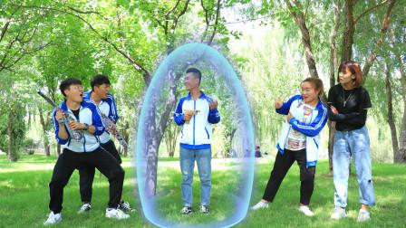 真人游戏,学生吹出无敌防御金钟罩泡泡,可以反弹子弹
