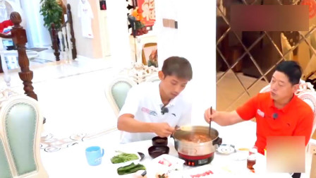 张继科一家吃火锅好温馨,继科给爸爸夹菜,爸爸给老婆夹菜