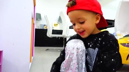 萌娃小可爱们给妈妈戴了一个漂亮的王冠,妈妈马上就变成小公主了