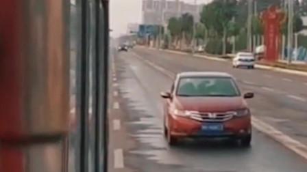 河南焦作消防员抗洪归来,女友跟车相随想见一面,一路隔空呼喊!