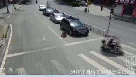 #残疾人过马路被卷入车底,路人立即抬车救人#环江毛南族自治县 #正能量