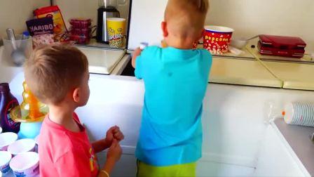 萌娃小可爱们看妈妈不在,自己找出了冰淇淋蛋糕来制作着吃