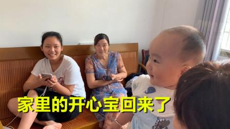曾姨出院回乡下了,小文把开心宝接了回来,一家人都开心得很