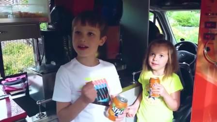 国外儿童时尚,小萝莉小正太发现了一辆冰淇淋车,有冰淇淋吗?