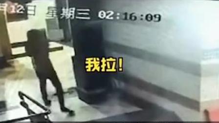 8月12日凌晨2点左右,桂林市象山区某小区单元楼门口,一外卖小哥大力拉扯楼门,导致钢化玻璃门碎了一地