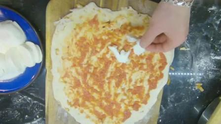 外国人在中国:创意外国小哥,用辣条做披萨,不知道能不能买到卫龙