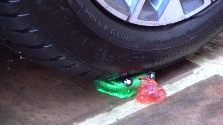 把捏捏球放在车轮下,看看里面是什么材料,勿模仿