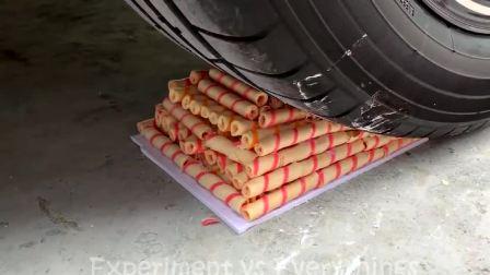 减压实验牛人把饼干糖果史莱姆放在车轮下,好减压,勿模仿