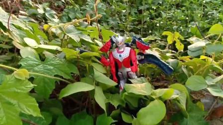 奥特曼:草丛里找到了泰罗奥特曼和很多的玩具