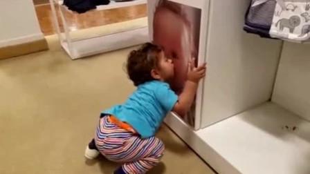 萌娃看到一个海报,二话不说就亲了上去,爸妈看到都笑疯了
