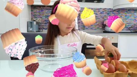 萌娃小可爱自己做的纸托蛋糕看上去可真美味呢小家伙真是棒棒哒萌娃真好吃呀