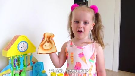 萌娃小可爱给哥哥做早餐,小家伙真是萌萌哒萌娃想吃吐司吗