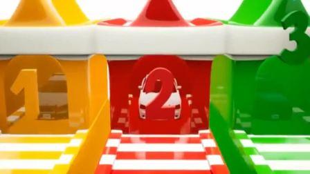 搞笑汽车玩具:警车撞击不同颜色的五角星和足球染上漂亮颜色