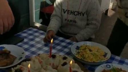 疫情当前买不到生日蛋糕,这三根蜡烛就凑合着吹