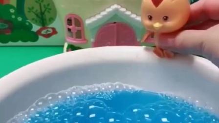 乔治去洗澡了,大头和萌鸡都找到了水池边,可为什么都不见了呀