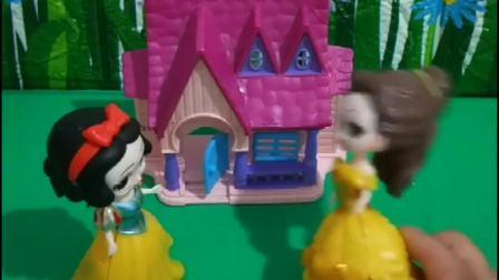 贝儿让白雪住在小房子里,不让白雪回童话王国,没想到白雪坦然接受!