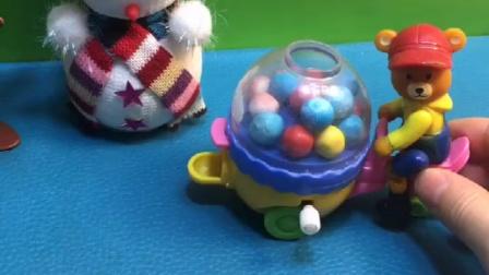 熊大叔出来卖糖,小孩子们想买一个糖,但是家长们都不让他们吃!
